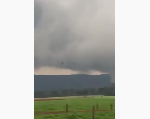 Vídeo registra momento em que tornado toca o chão em Santa Catarina; ASSISTA