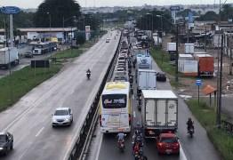Dois acidentes com caminhões deixam trecho da BR-101, em João Pessoa, interditado