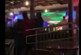 Policial militar agride mulher com tapa no rosto durante confusão em bar