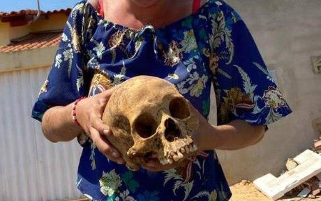 56z0oife048fbz5uv45xdr9g2 - Mulher é presa 'passeando' com crânio humano furtado