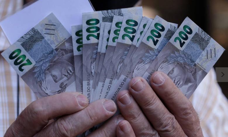 Capturar 4 - Colecionadores fazem fila no Banco Central por cédula de R$ 200