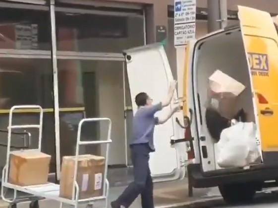 Correios - Vídeo flagra funcionário dos Correios arremessando encomendas; ASSISTA