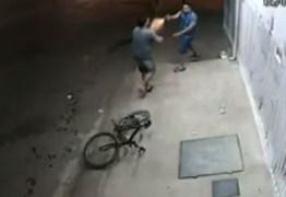 Homem não entrega celular durante assalto e leva dois tiros de raspão