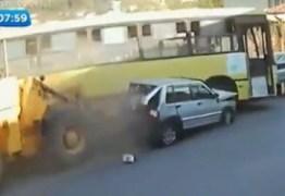 Motorista de trator desmaia, arrasta ônibus e dois carros