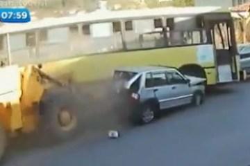 b59429d410eb1ed4509163759c895fbb - Motorista de trator desmaia, arrasta ônibus e dois carros