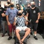 cancer - Funcionários de barbearia raspam a cabeça em apoio a cliente com câncer