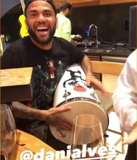dani - Após ficar fora de viagem do São Paulo, Daniel Alves posta vídeo tocando instrumento - VEJA VÍDEO