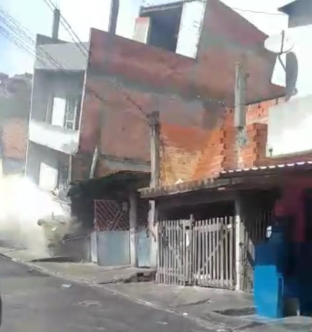 desabamaua - DESASTRE: casa desaba e danifica outras duas residências - VEJA VÍDEO