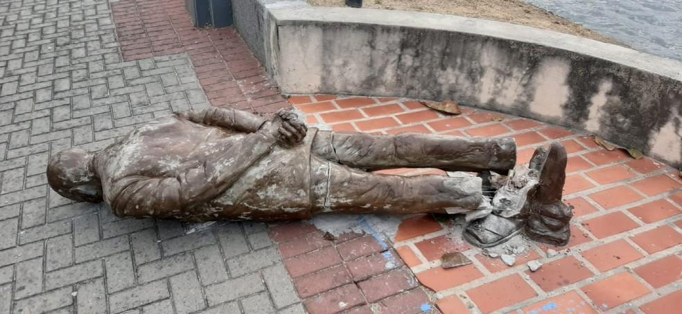 estatua ariano - Estátua do paraibano Ariano Suassuna é alvo de vandalismo em Recife