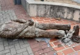 Estátua do paraibano Ariano Suassuna é alvo de vandalismo em Recife
