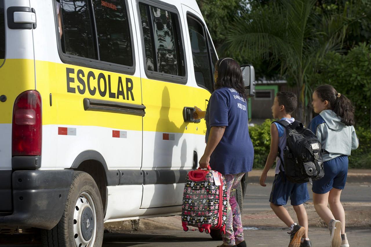 fg205879 - Motoristas de transporte escolar de João Pessoa fazem protesto nesta quarta-feira (30)