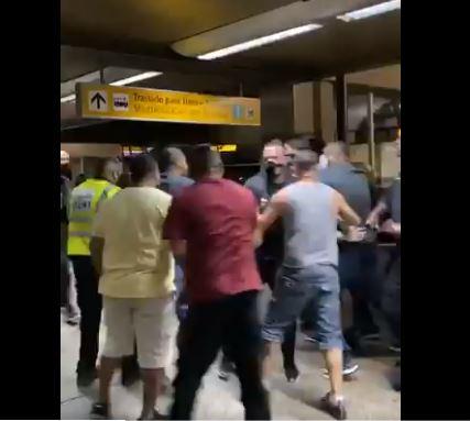 jogad - Jogadores do Corinthians sofrem ameaça durante desembarque em São Paulo - VEJA VÍDEO