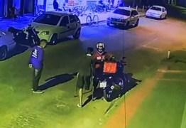 Junto a colega, homem sem perna assalta motoboy