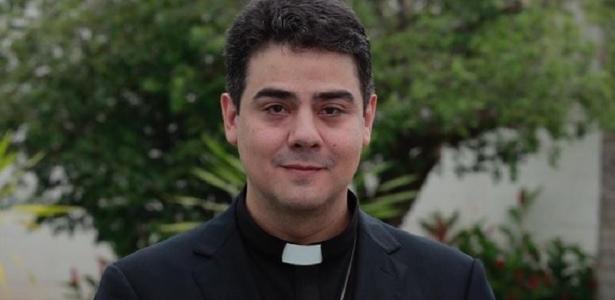 padre robson de oliveira e investigado por lavagem de dinheiro em goias 1598532670634 v2 615x300 - Caneta espiã apreendida em alojamento do padre Robson é periciada, diz MP