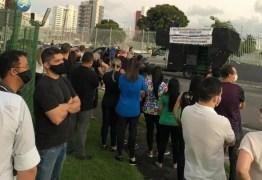 Manifestantes protestam pedindo reabertura de escolas particulares em João Pessoa
