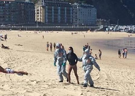 xblog zurriola 2.jpg.pagespeed.ic .vukQ6eZtPj - Mulher é retirada do mar e presa por surfar mesmo estando com Covid-19 - VEJA VÍDEO