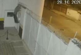 Bandido deixa bicicleta na calçada em assalto e é roubado por outro criminoso