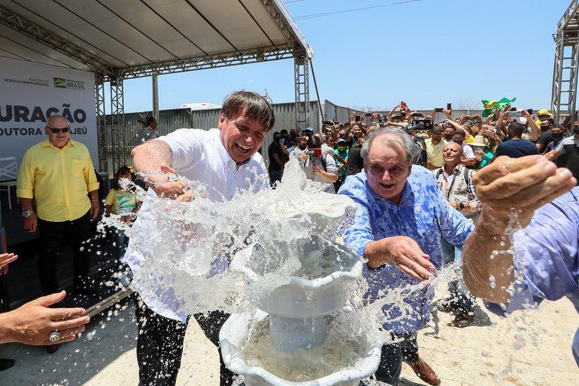 Bolsonaro água - Bolsonaro brinca e joga água em apoiadores no interior de Pernambuco; VEJA VÍDEO