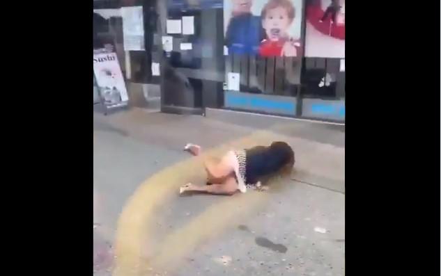 Capturar 27 - Mulher sem máscara é jogada para fora do ônibus ao cuspir no rosto de homem - VEJA VÍDEO