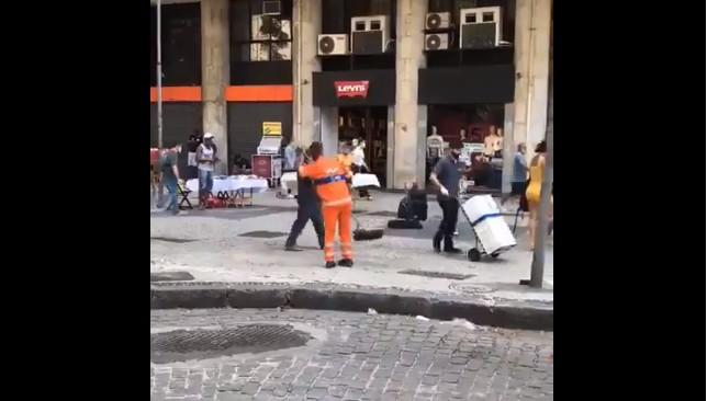 Capturarr 1 - Gari viraliza ao dançar com vassoura no Rio de Janeiro - VEJA VÍDEO