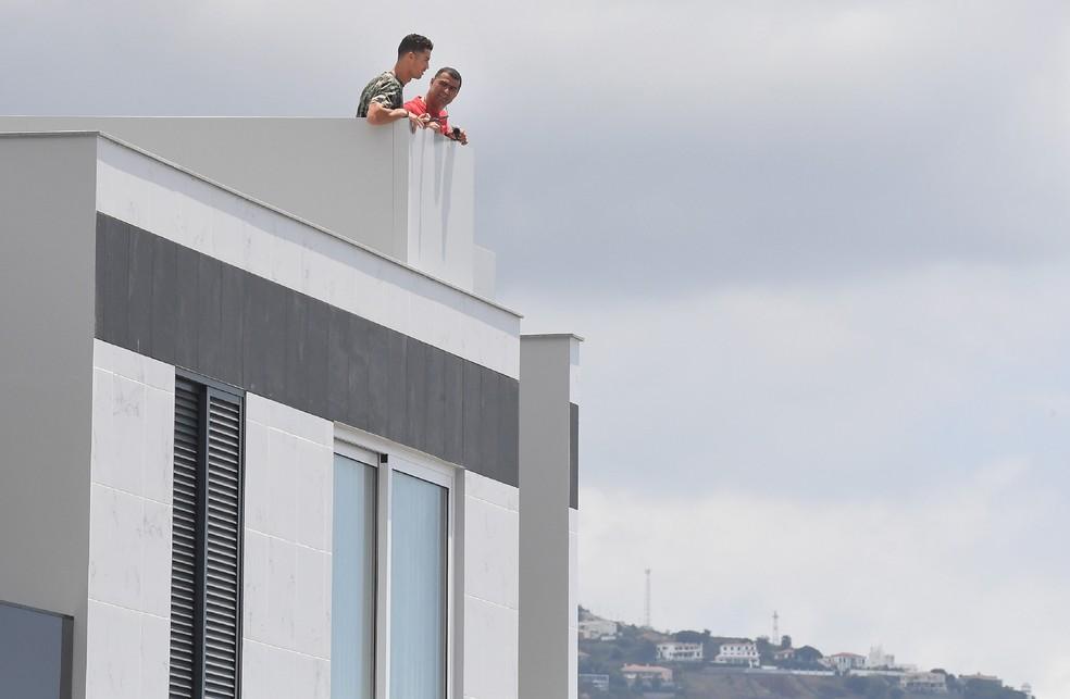 Casa - Homem invade casa de Cristiano Ronaldo em Portugal e rouba camisa da Juventus autografada