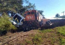 Caminhão é atingido por um trem no cruzamento da linha férrea; veículo ficou preso