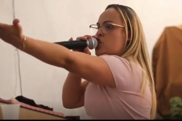 Pastora Adriele da Silva Ota - POLÊMICA: Pastora manda mãe meter a mão na cara e pisar pescoço de filho rebelde - VEJA VÍDEO