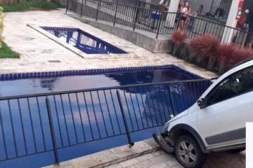 Carro invade área de lazer em condomínio de João Pessoa