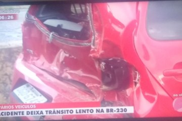 Acidente com caminhão do Exército deixa dois feridos e trânsito caótico em JP