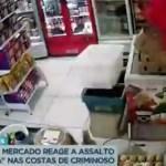 """balconista - Balconista de mercado reage a assalto e dá """"voadora"""" nas costas de criminoso"""