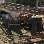 capotamento caminhao mamanguape 1 - Caminhão carregado de frutas capota e deixa duas pessoas feridas em Mamanguape