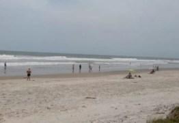 Casal flagrado fazendo sexo na praia leva multa por não usar máscara