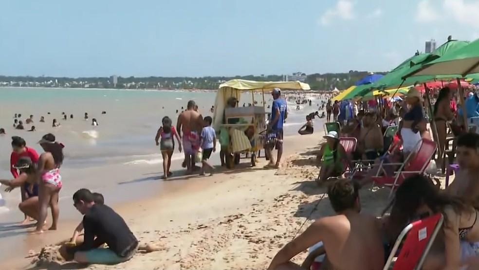 dia das criancas praia lotada joao pessoa 2 - João Pessoa registra aglomerações na Praia do Cabo Branco durante feriado