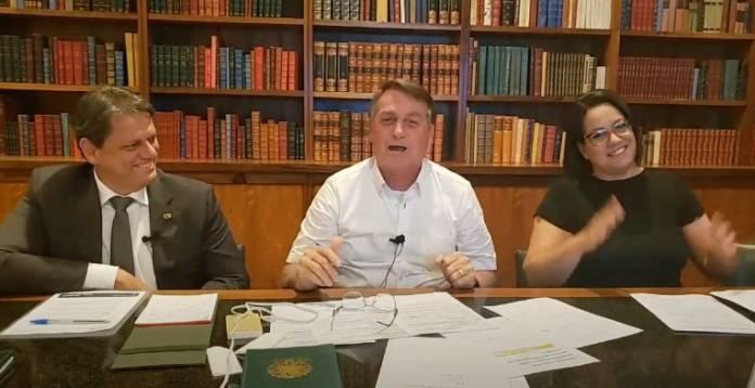 """jair bolsonaro 2 696x358 1 - Bolsonaro compara brasileiro com """"animalzinho preso"""" e reclama que população engordou na quarentena"""