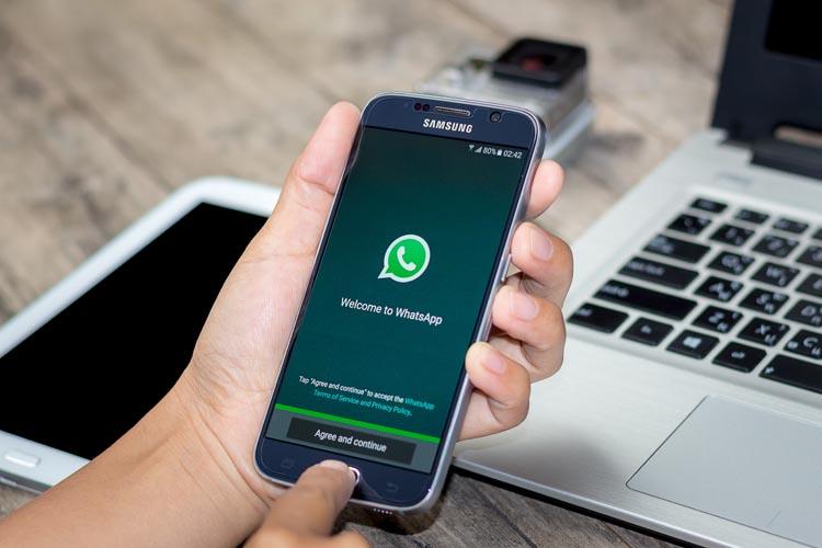 mao digitando celular smartphone aplicativo whatsapp - Secretária de Patos é punida por divulgar pesquisa sem registro pelo WhatsApp