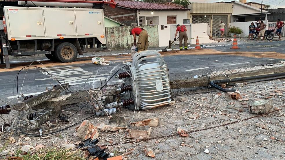 whatsapp image 2020 10 16 at 05.27.11 - COLISÃO: Motorista derruba muro de casa após capotar veículo, em João Pessoa
