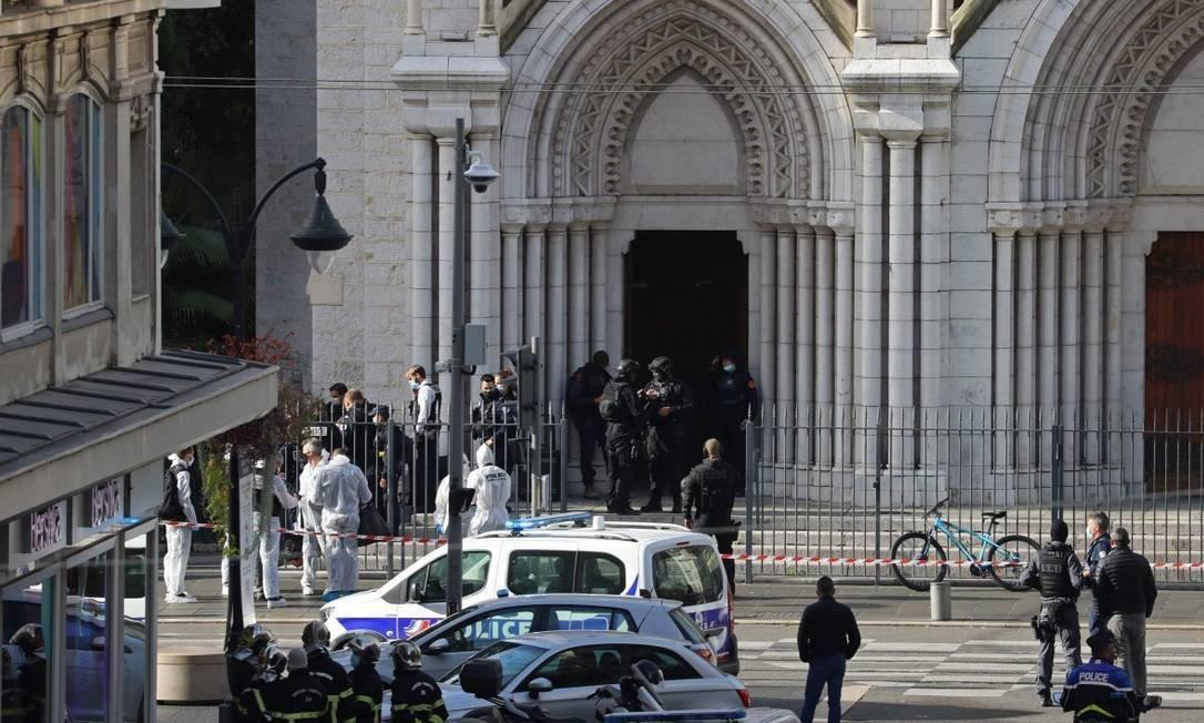 x90259014 French members of the elite tactical police unit RAID enter to search the Basilica of N.jpg.pagespeed.ic . 1ezpdvOwN - Ataque com faca deixa 3 mortos e vários feridos em Nice, na França