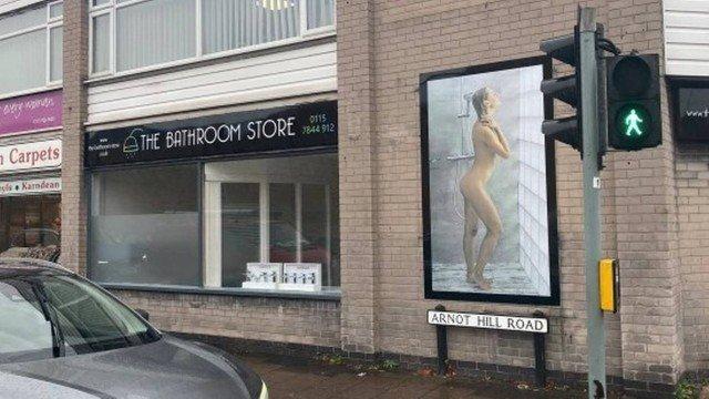 xblog nude.jpg.pagespeed.ic .CDYl cfaFa - Cartaz de mulher tomando banho é alvo de investigação por 'risco de distrair motoristas'