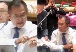 Deputado corta pulso durante debate político