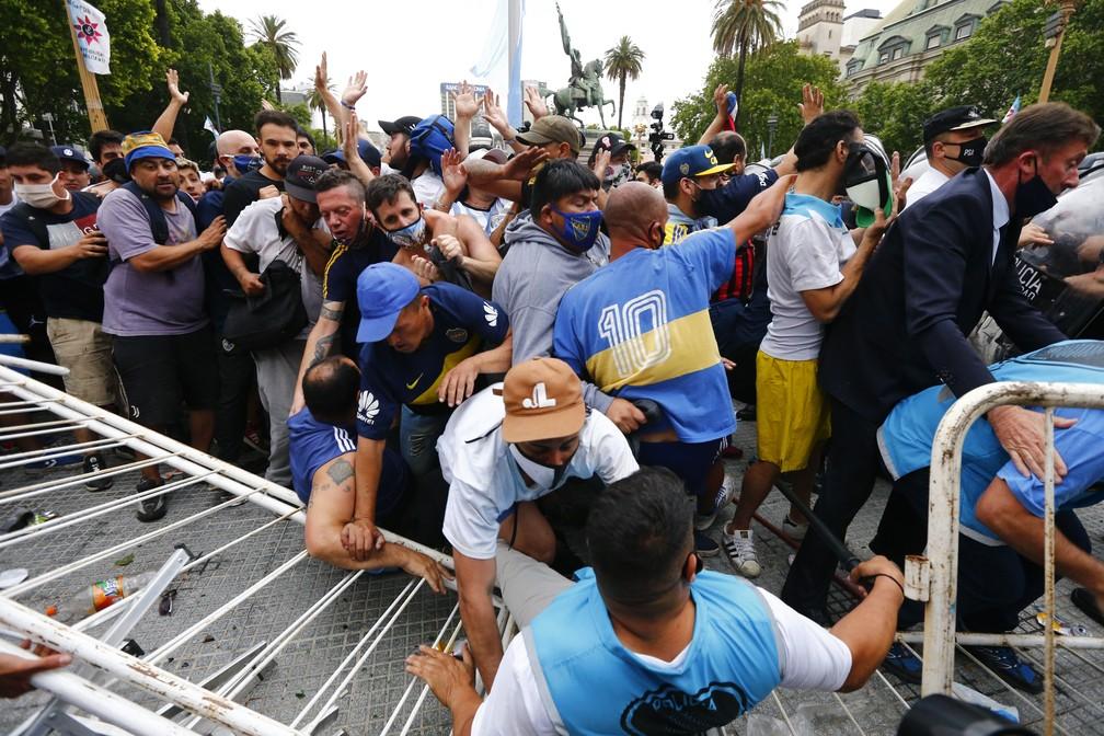 1 maradona 2 - Maradona é velado por multidão na Casa Rosada, em Buenos Aires