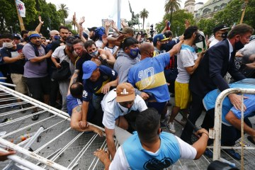 1 maradona 2 - Velório de Maradona é marcado por cânticos e aglomerações, em Buenos Aires