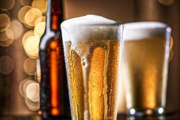 2 cervejas - PREOCUPAÇÃO? Nunca faltou tanta cerveja nos supermercados brasileiros como agora, aponta pesquisa