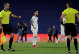 "Messi se irrita com árbitro brasileiro: ""Errou 2 vezes"""