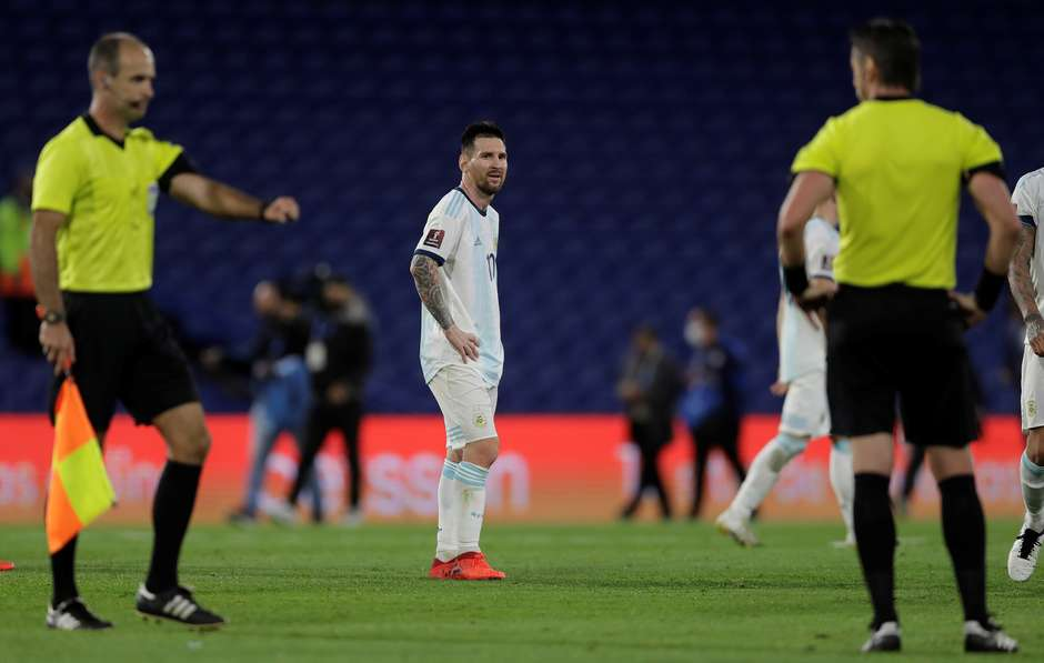 "2020 11 13t020427z919264763rc222k9rcbiqrtrmadp3soccer worldcup arg pry report - Messi se irrita com árbitro brasileiro: ""Errou 2 vezes"""