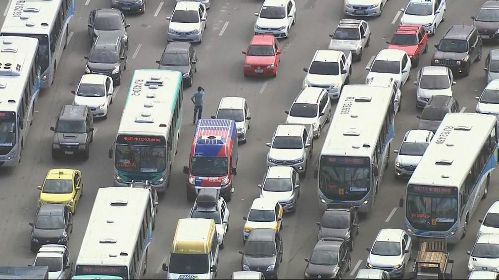 23cade2 - Motorista 'perde' o carro em engarrafamento e fica procurando pela rodovia