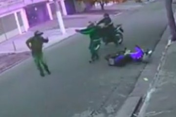 Policial de moto reage a assalto, atira e acerta um bandido
