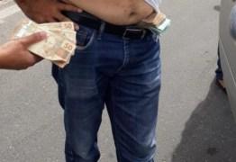 FISCALIZAÇÃO: Irmão de prefeito candidato a reeleição é preso com dinheiro na cueca