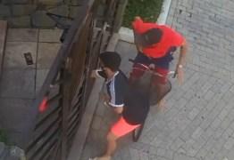 Jovem joga celular para dentro de portão e evita assalto