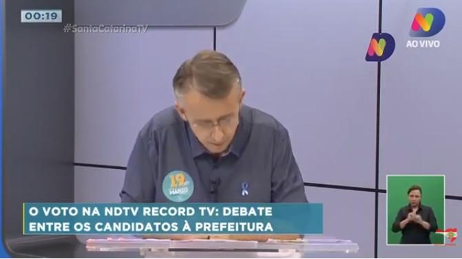 PASSA MAL - Candidato à reeleição em Blumenau passa mal e debate ao vivo é interrompido; VEJA VÍDEO