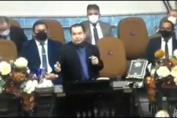 """Pastor pregando sobre cabelo curto - Durante pregação, pastor insinua que """"mulher que usa cabelo curto é prostituta"""" - VEJA VÍDEO"""